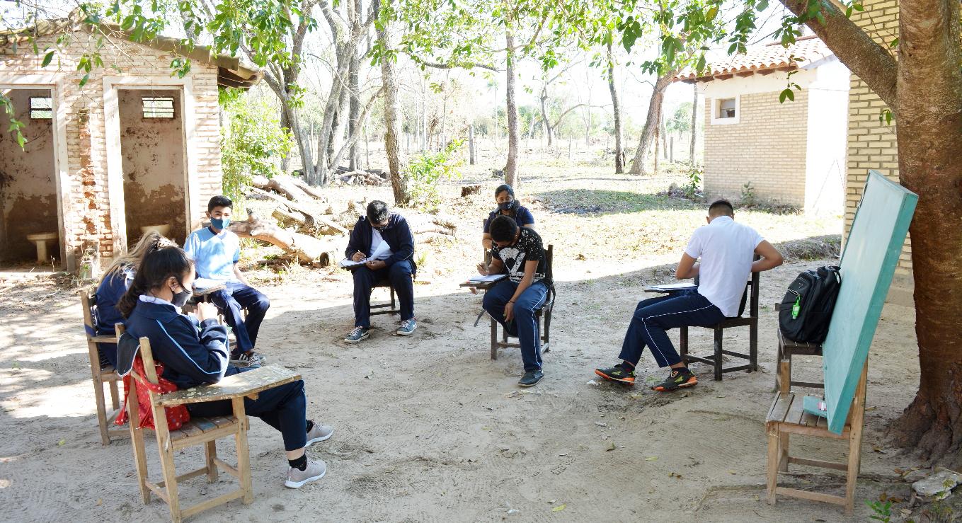 En la escuela 1.730 de Concepción, los alumnos estudian bajo los árboles.