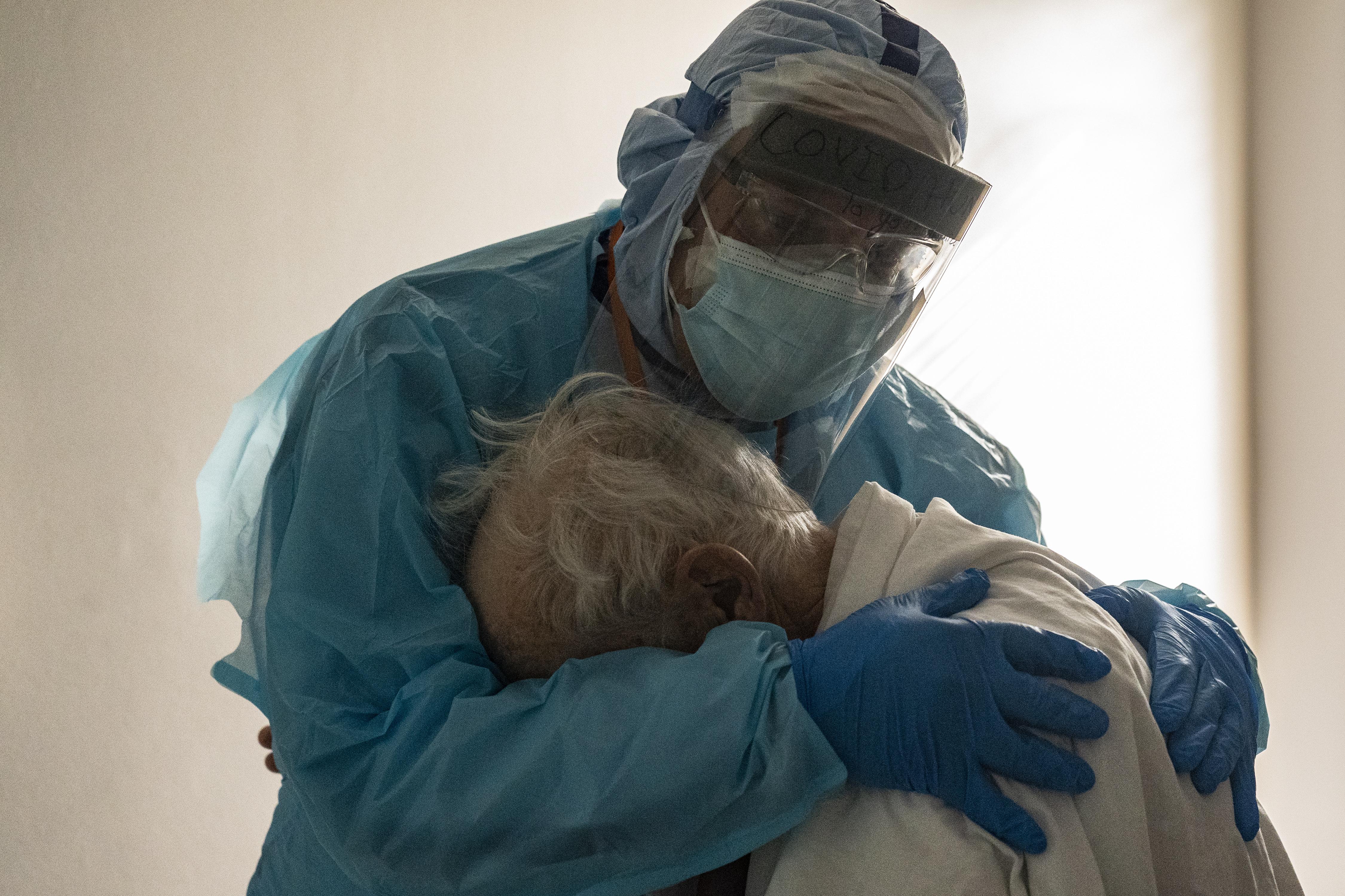 El Dr. Joseph Varon abraza y consuela a un paciente en la unidad de cuidados intensivos (UCI) COVID-19 durante el Día de Acción de Gracias en el United Memorial Medical Center el 26 de noviembre de 2020 en Houston, Texas.