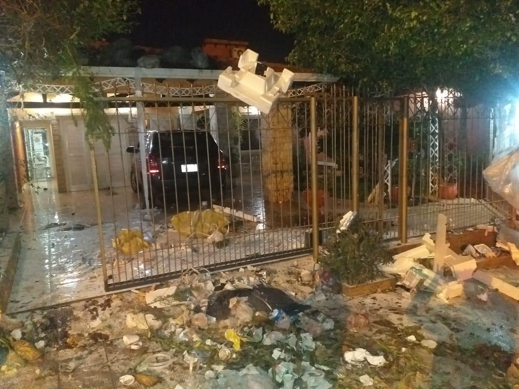 Todo tipo de basura, además de huevos, piedras y petardos lanzaron contra la vivienda de Nidia Silvero de Prieto.