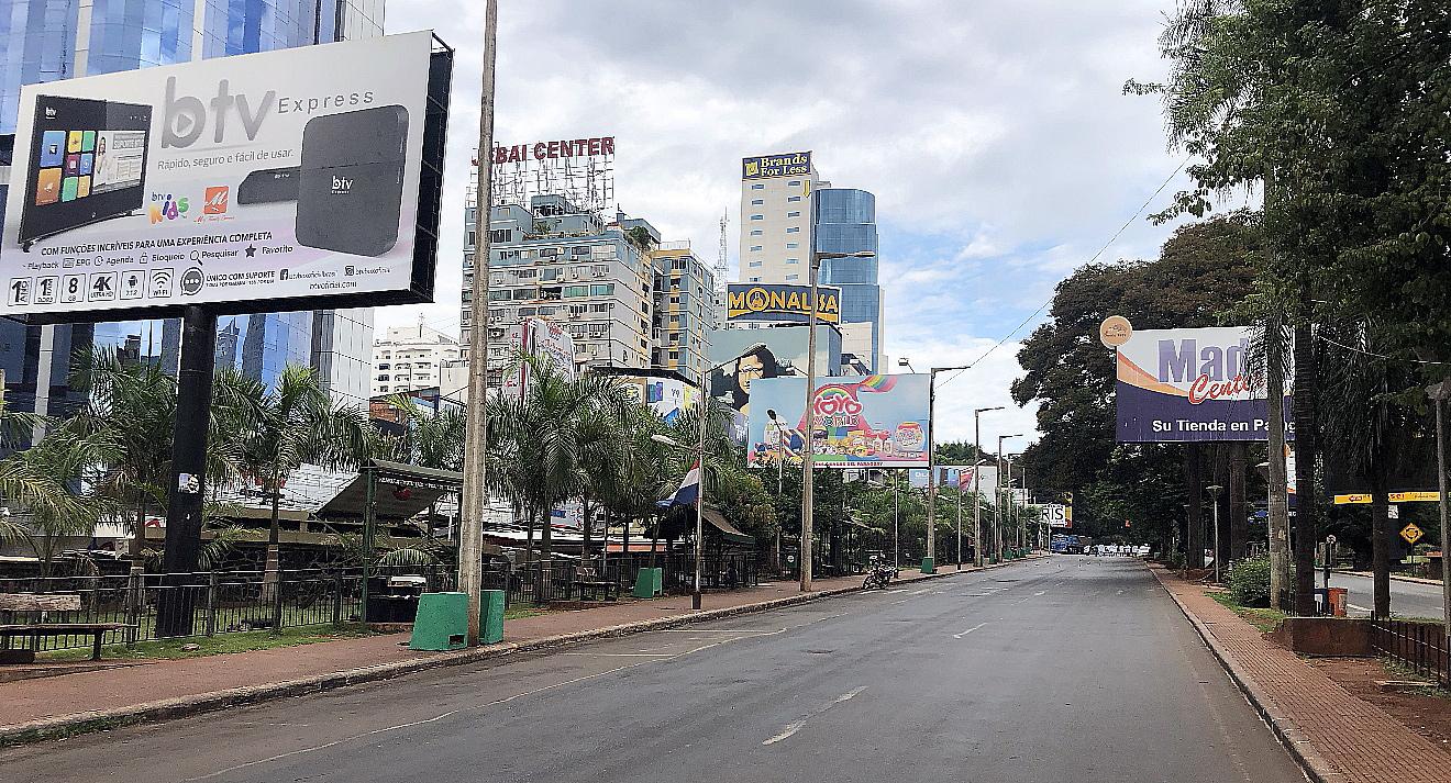 Las calles en  el centro de Ciudad del Este están vacías y con comercios cerrados.