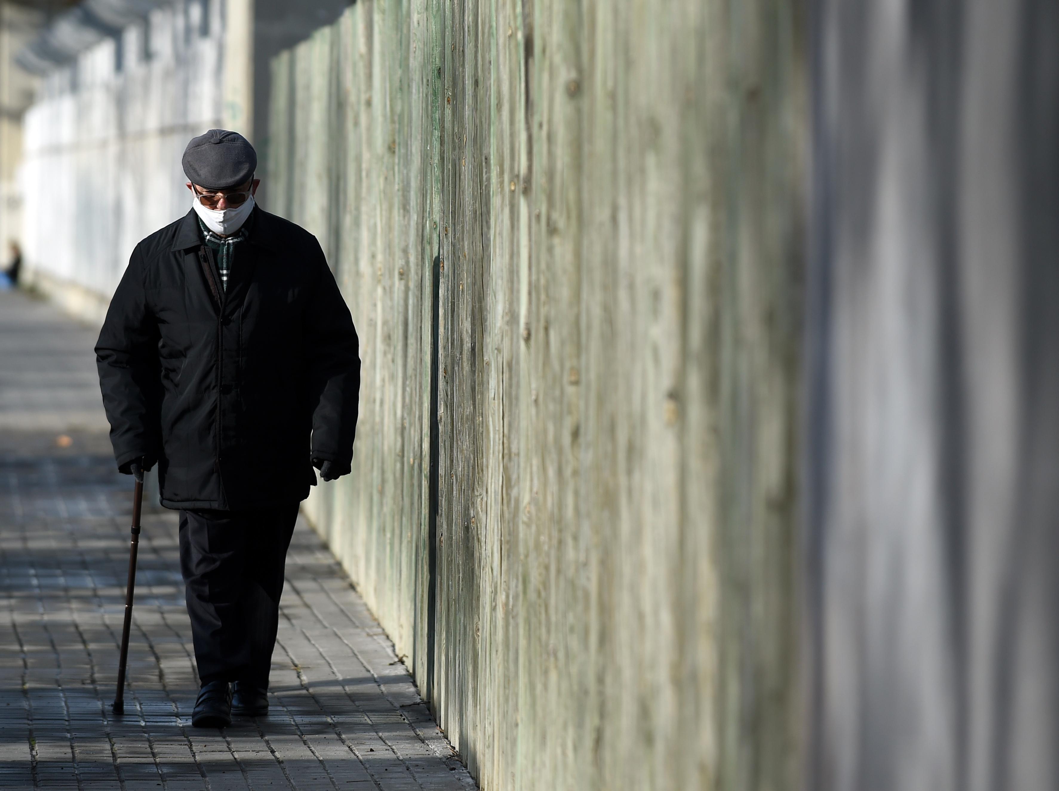 Un hombre con mascarilla camina en el municipio catalán de L'Hospitalet de Llobregat, en España.