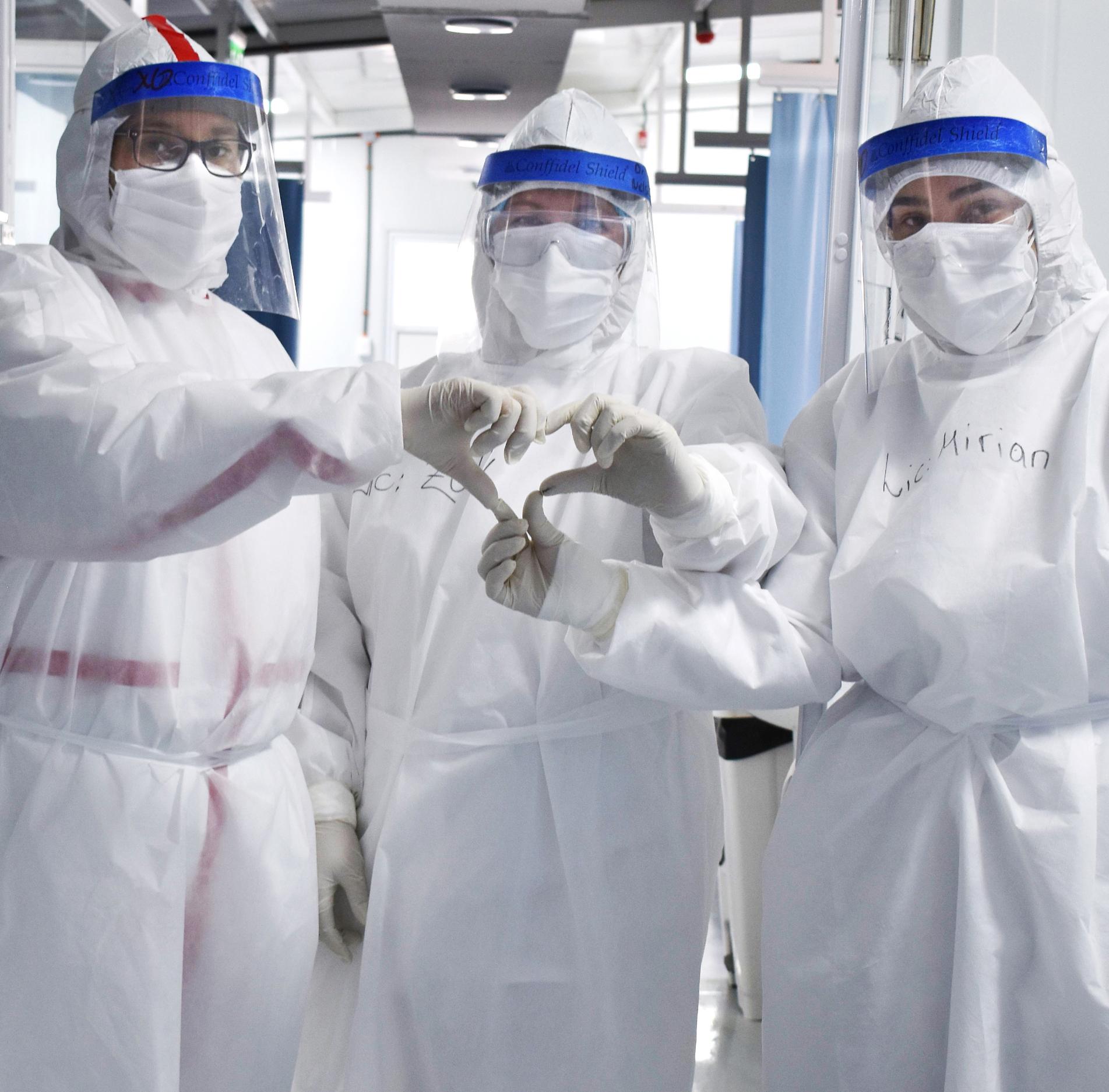 Profesionales del bloque modular respiratorio del Hospital Nacional de Itauguá, de referencia en esta pandemia.