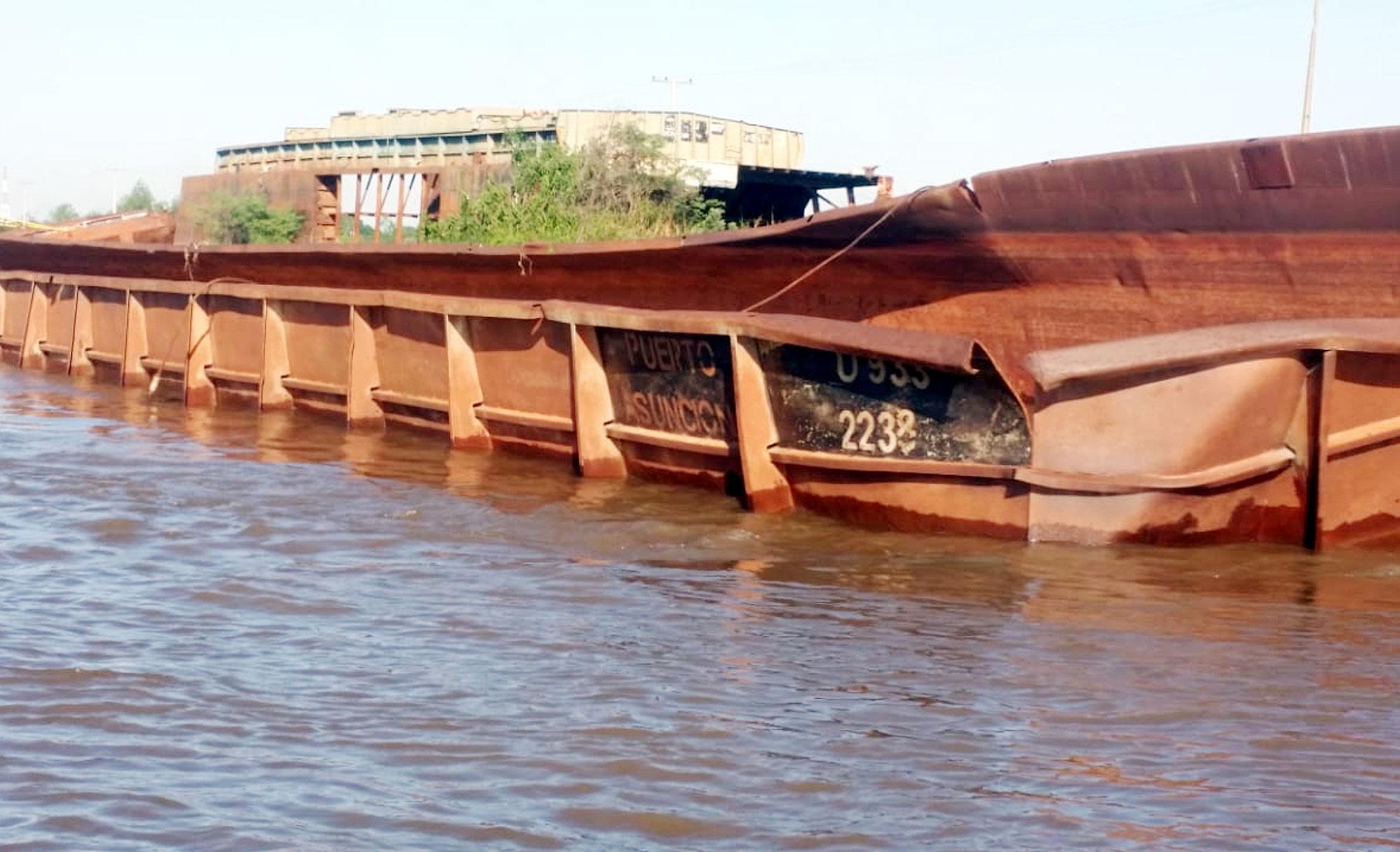 El río es una vía de comunicación. Resulta inadmisible que la navegación se realice en medio barcazas que son chatarras. Cada una de estas barcazas debe ser retirada por sus propietarios, en plazo perentorio. Aplicación de multas es una buena alternativa.