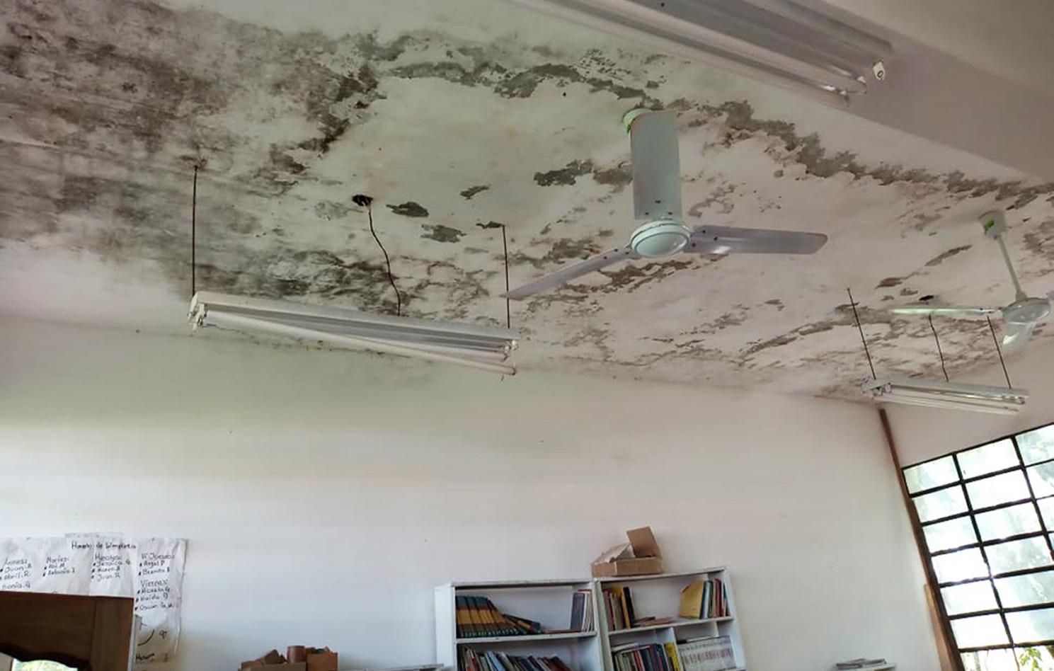 El aula más nueva de la escuela 674 tiene el techo con filtraciones. El polvo que cae afecta todos los muebles.