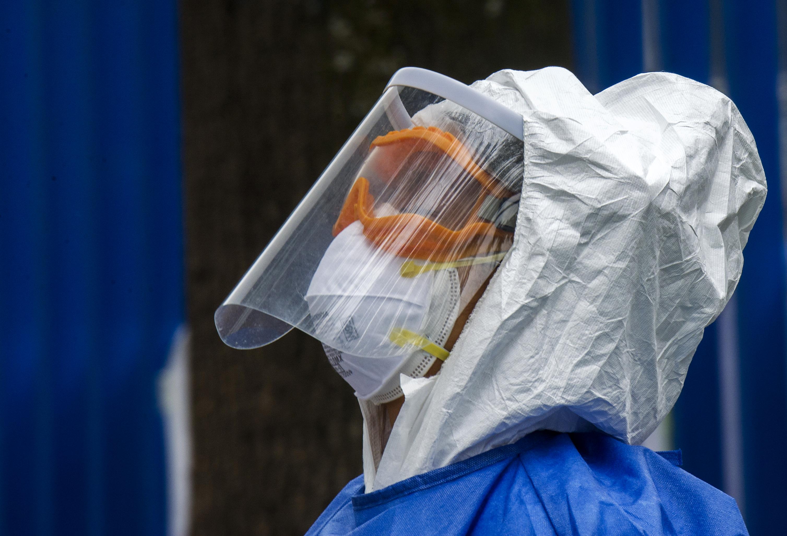 Un trabajador de la salud en un sitio de pruebas de covid-19 en Ciudad de México.