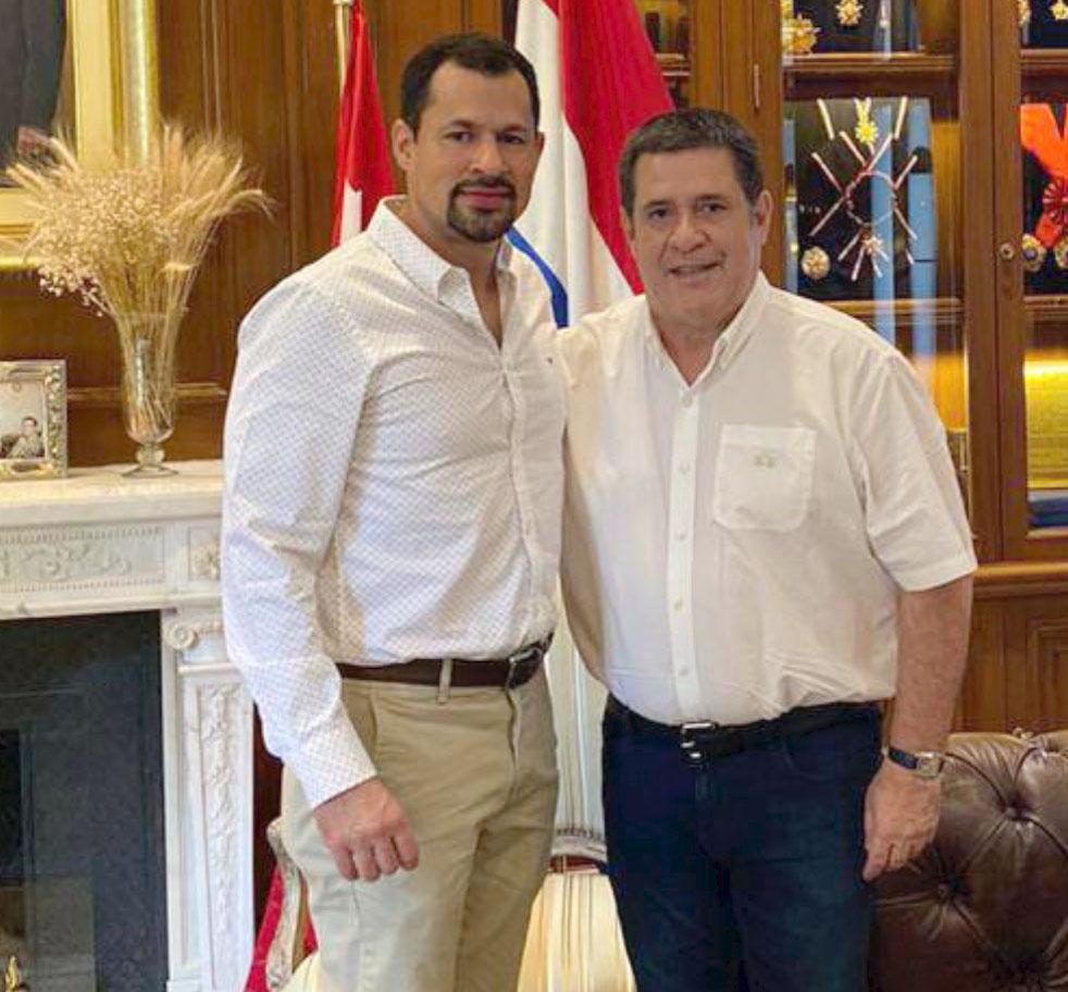 El acusado Ulises Quintana (i) junto con Horacio Cartes.