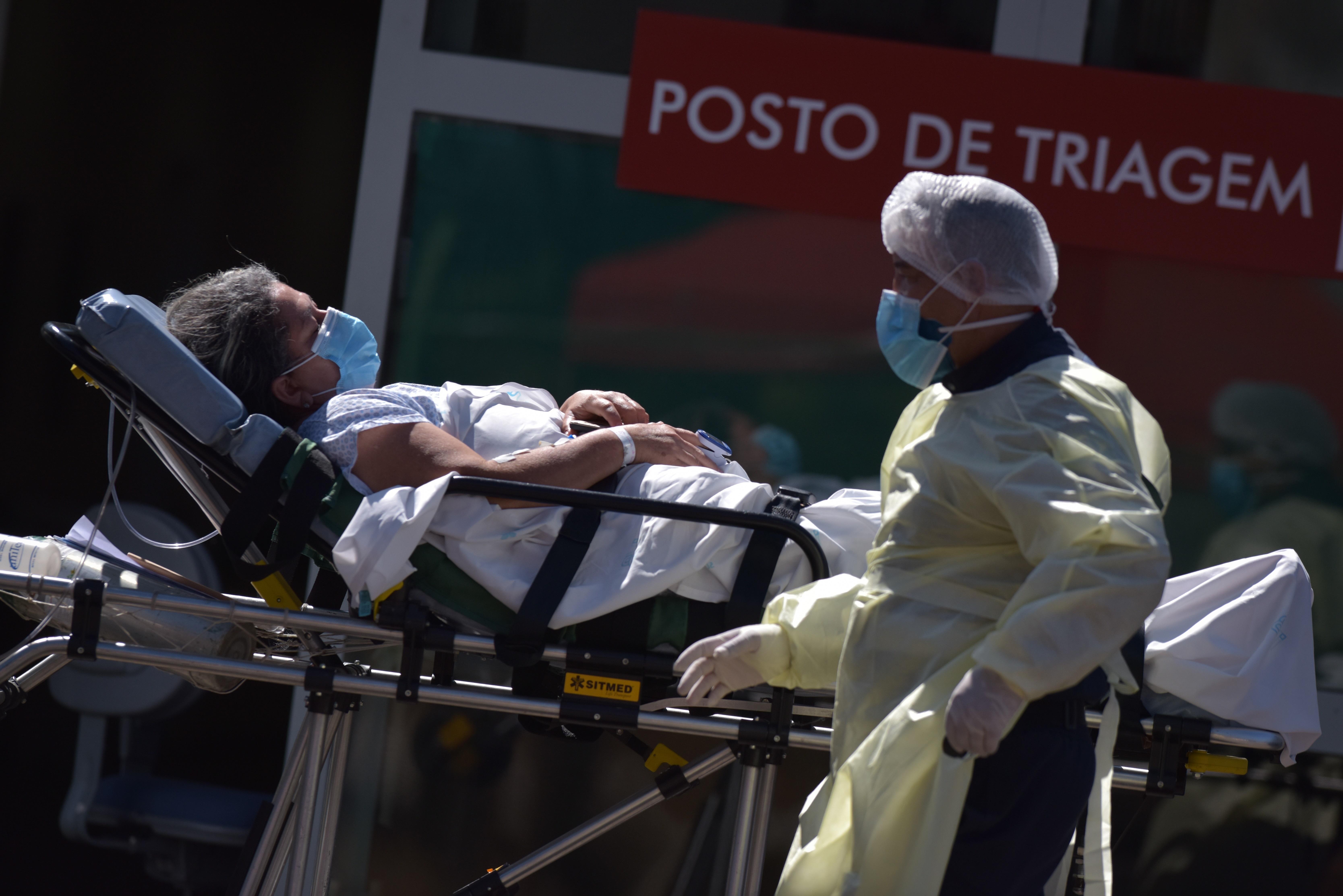 Una mujer es trasladada en una camilla frente al Asa Norte Hospital (Hospital Regional da Asa Norte-HRAN) en Brasilia.