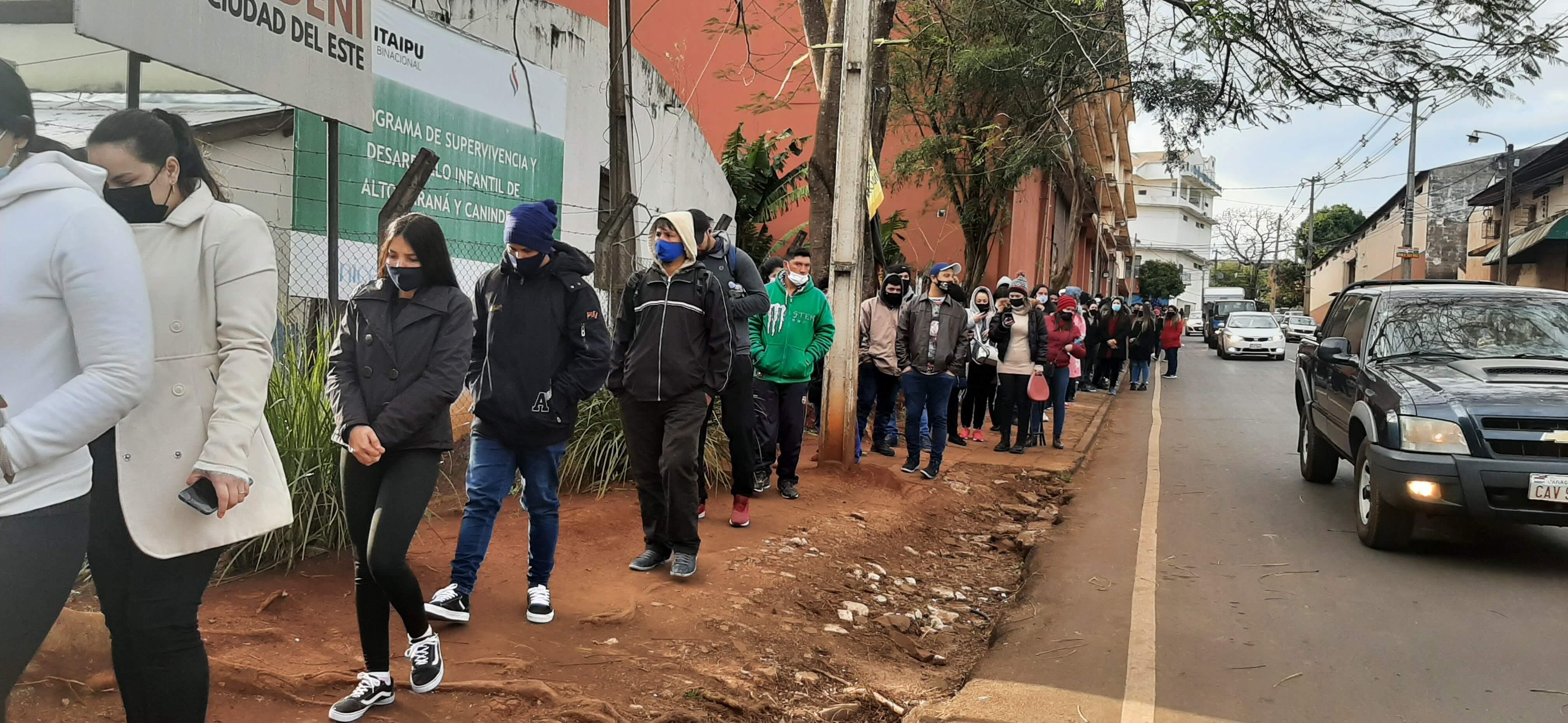 Los jóvenes llegaron a tempranas horas al único puesto peatonal de Ciudad del Este para asegurar su dosis anticovid.