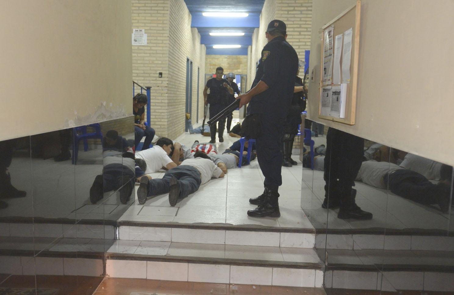 Efectivos de la Policía se concentran en amenazar a los liberales, mientras Rodrigo agoniza.