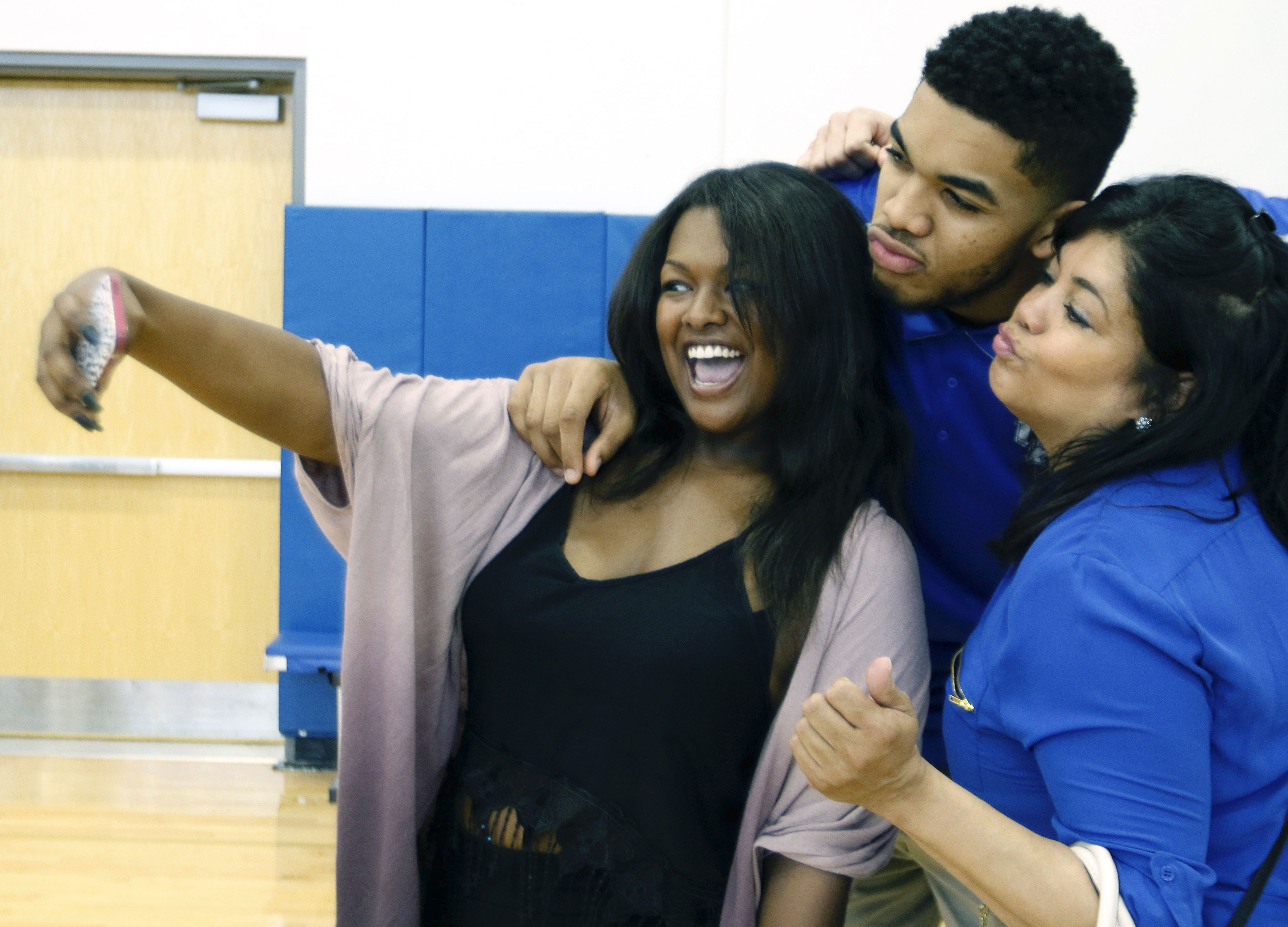 Mom Of N J S Karl Anthony Towns In Coronavirus Induced Coma Prayers Pouring In From Nba Ncaa Nj Com