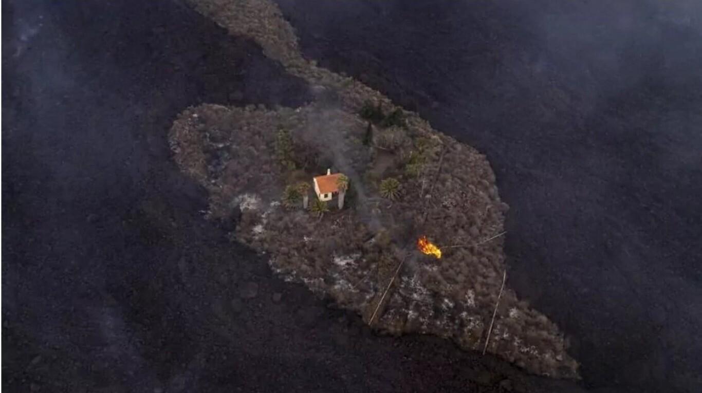 """La historia detrás de la """"casa milagro"""" de La Palma, que sobrevivió a la erupción del volcán"""