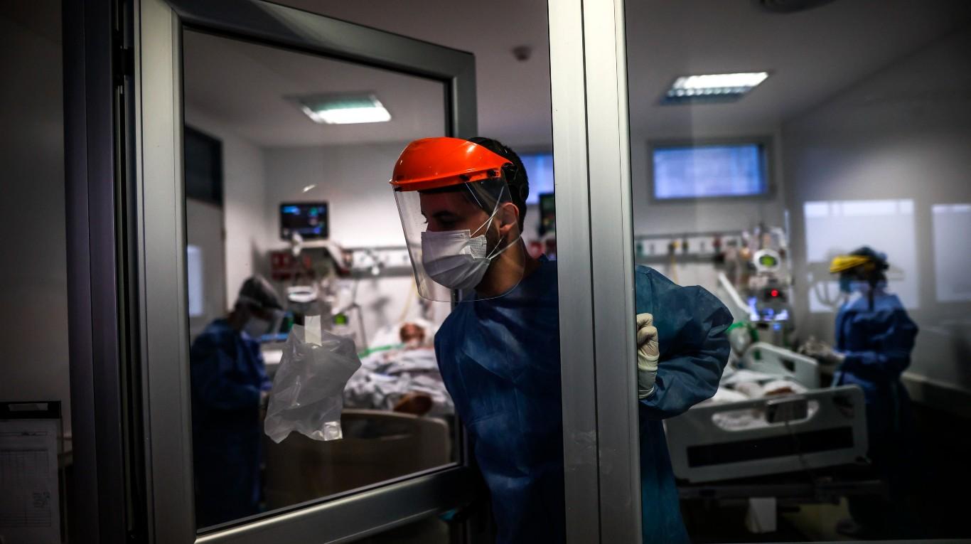 Hasta un tercio de las muertes por coronavirus diarias son de varias semanas atrás: los motivos por los que se demora la carga
