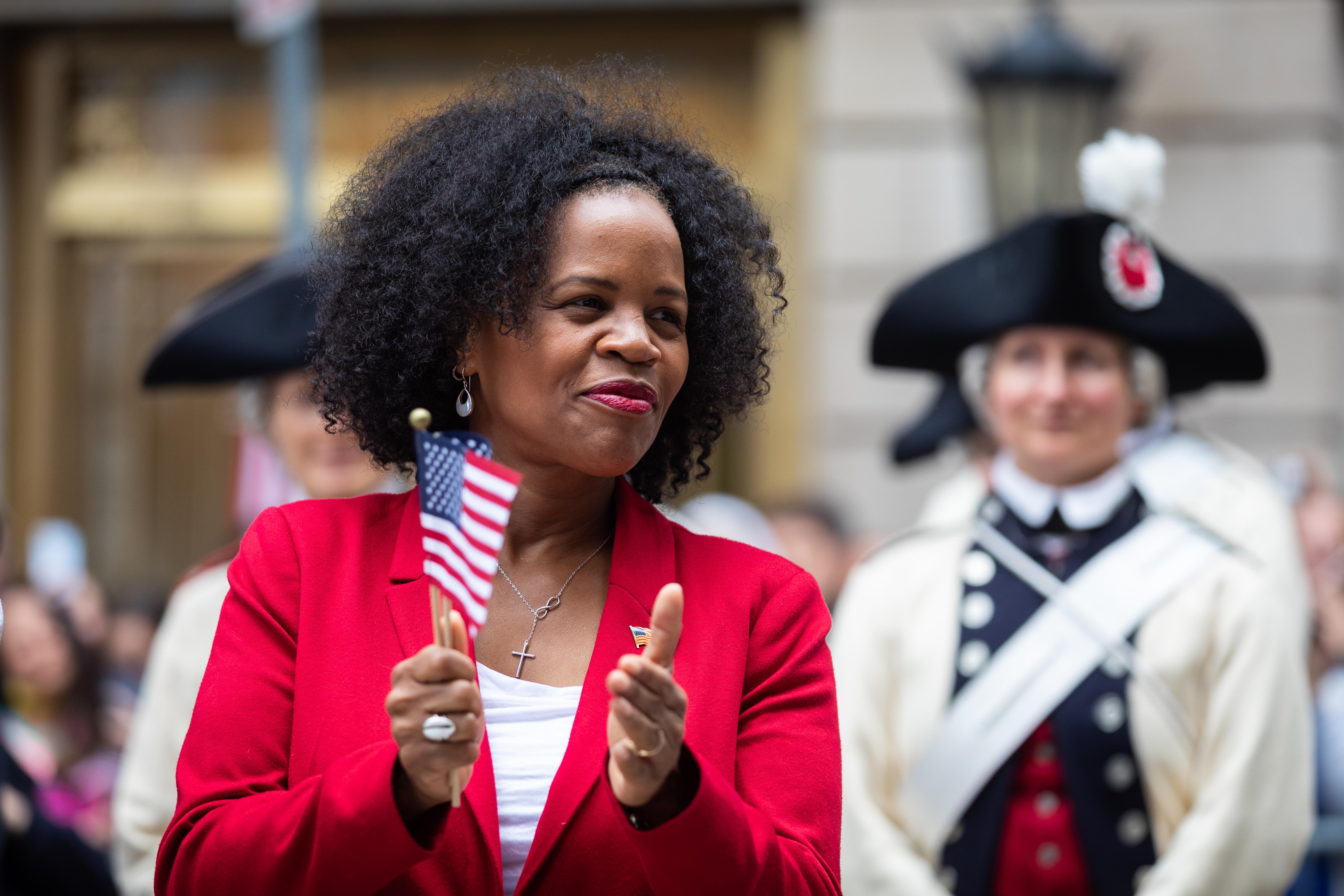 Walikota Boston Kim Johnny bertepuk tangan untuk musik yang dimainkan di Old State House selama parade 4 Juli di Boston, MA.