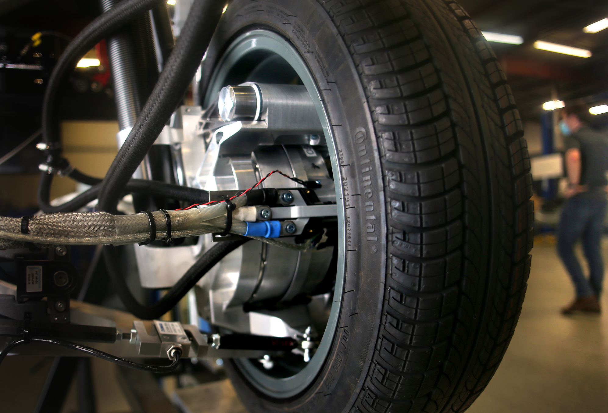 An Indigo wheel is displayed showing the active suspension technology.