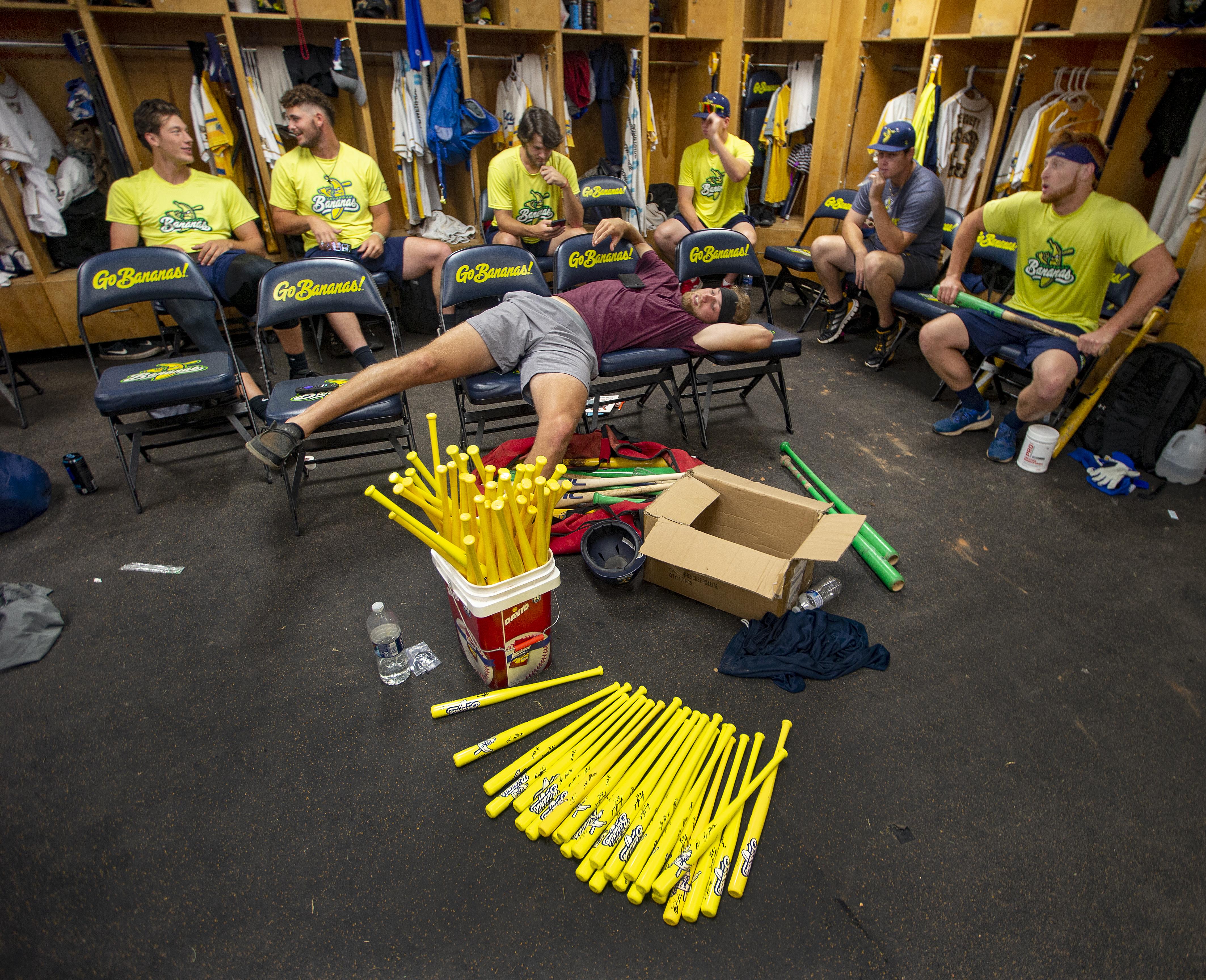 Các cầu thủ trong phòng thay đồ ngã xuống gậy và nói về những ý tưởng giải trí.