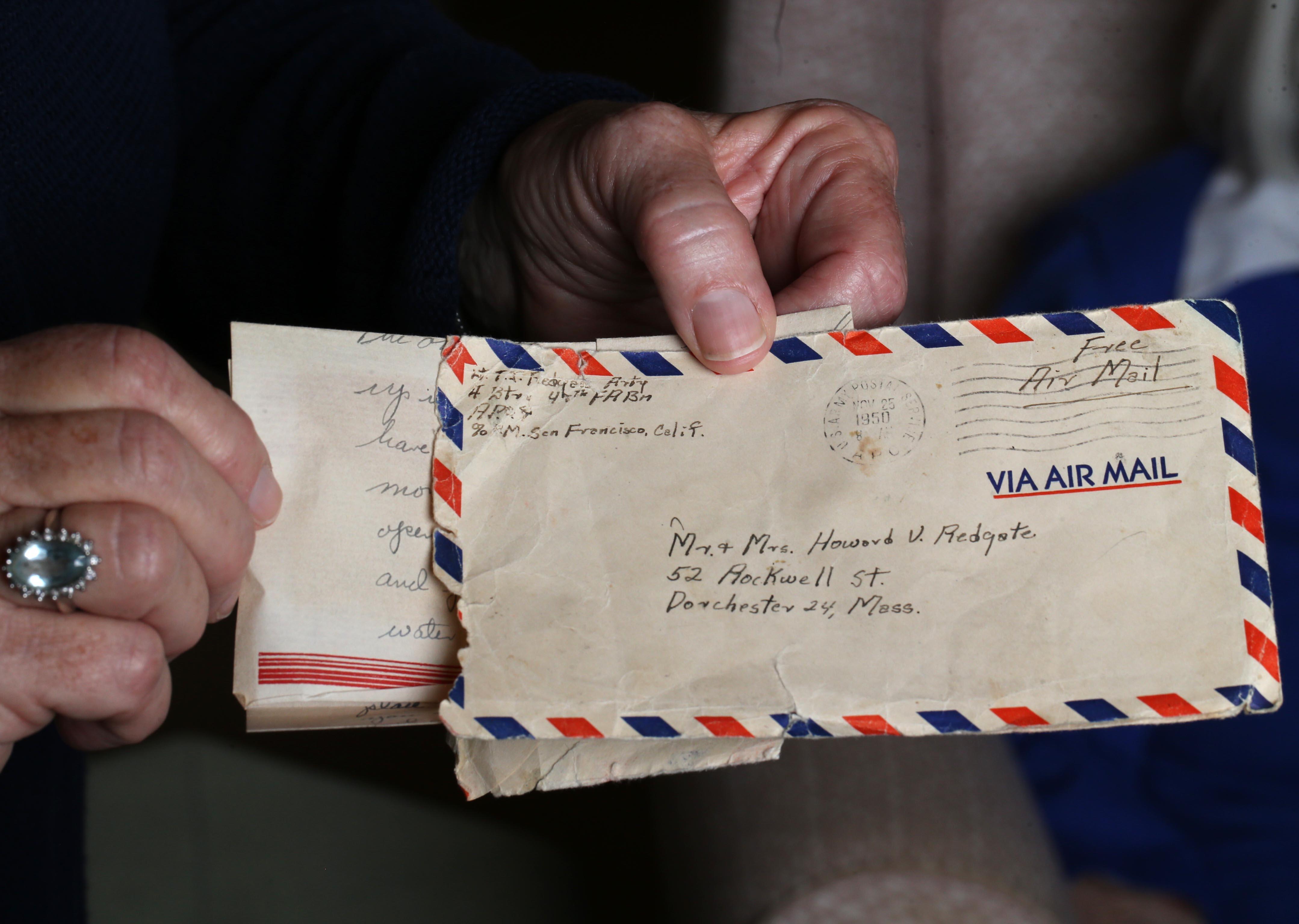 미국 육군의 토마스 J 레드 게이트 중위는 1950 년 한국 전쟁 중에 전투에서 살해되었을 때 24 세였다. 그는 결국 뼈에서 9 월 17 일에 휴식 할 수있게되었습니다. 그는 한국 전쟁에서 봉사하는 동안 집에 쓴 편지.