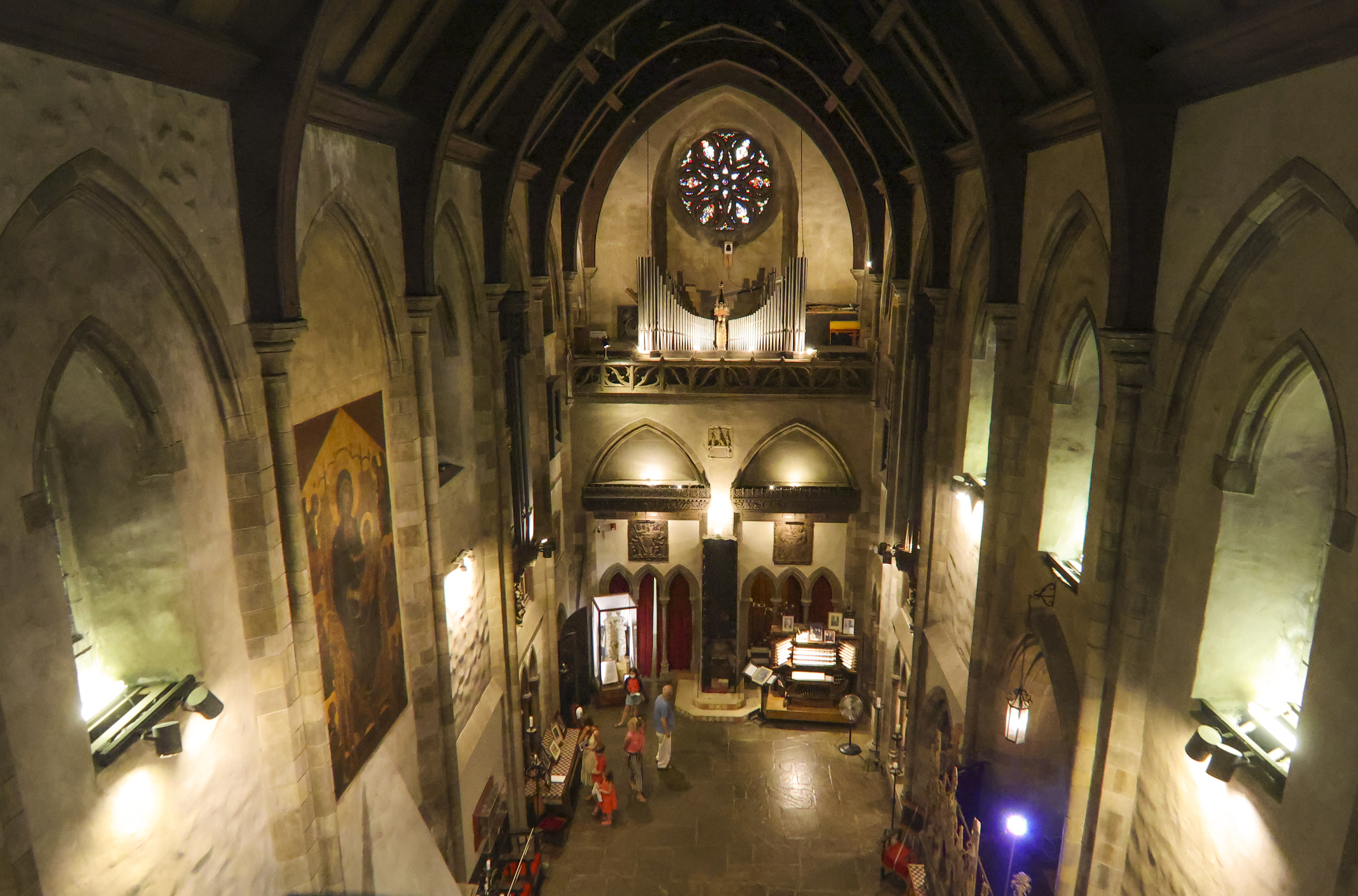 The Great Hall of the Hammond Castle Museum contains a large pipe organ which has been used for concerts and recordings by many famous organists, including Richard Ellsasser and Virgil Fox.