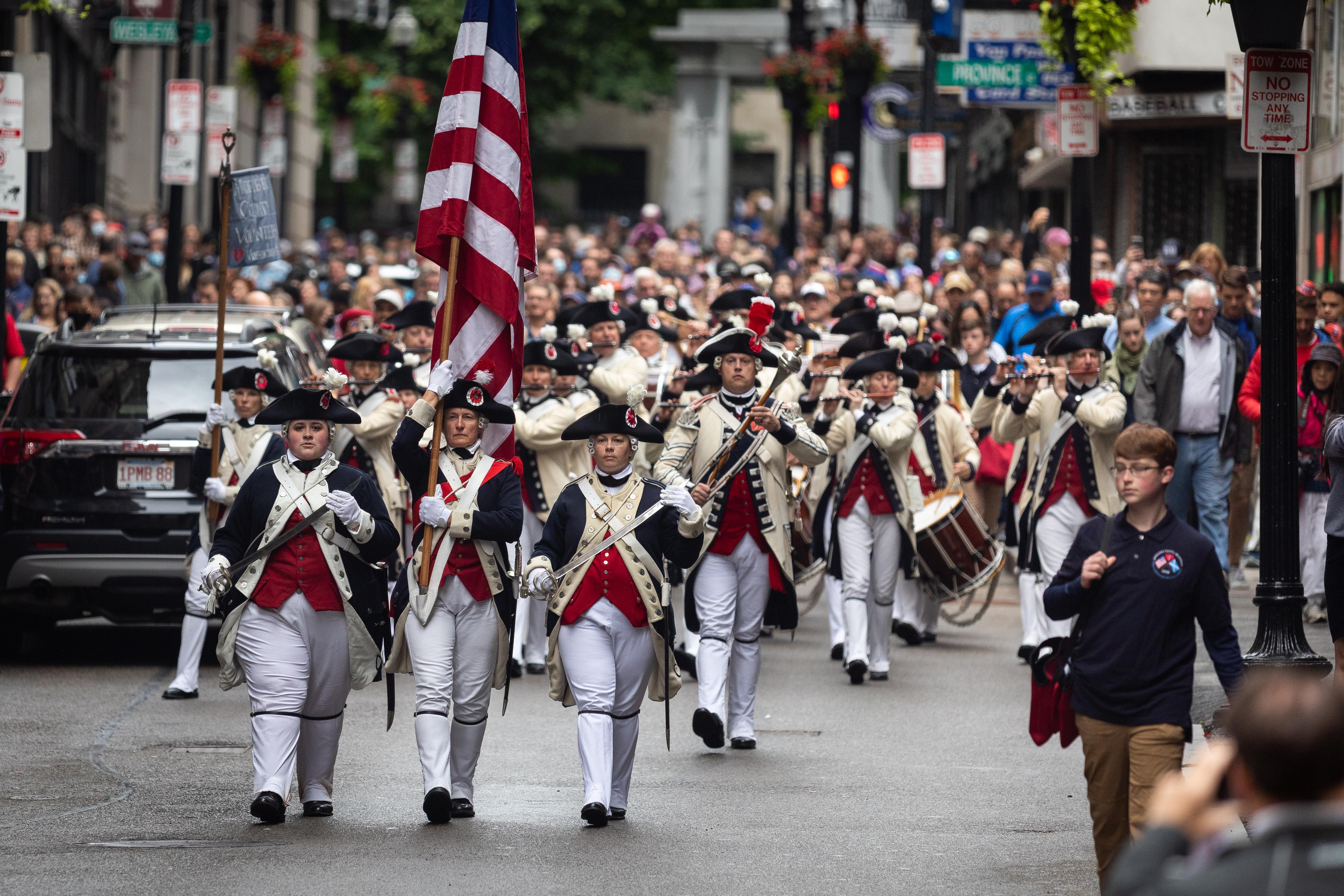 Anggota sukarelawan Middlesex County berbaris dari Granary Burial Grounds ke State House lama selama parade pada 4 Juli di Boston, MA.