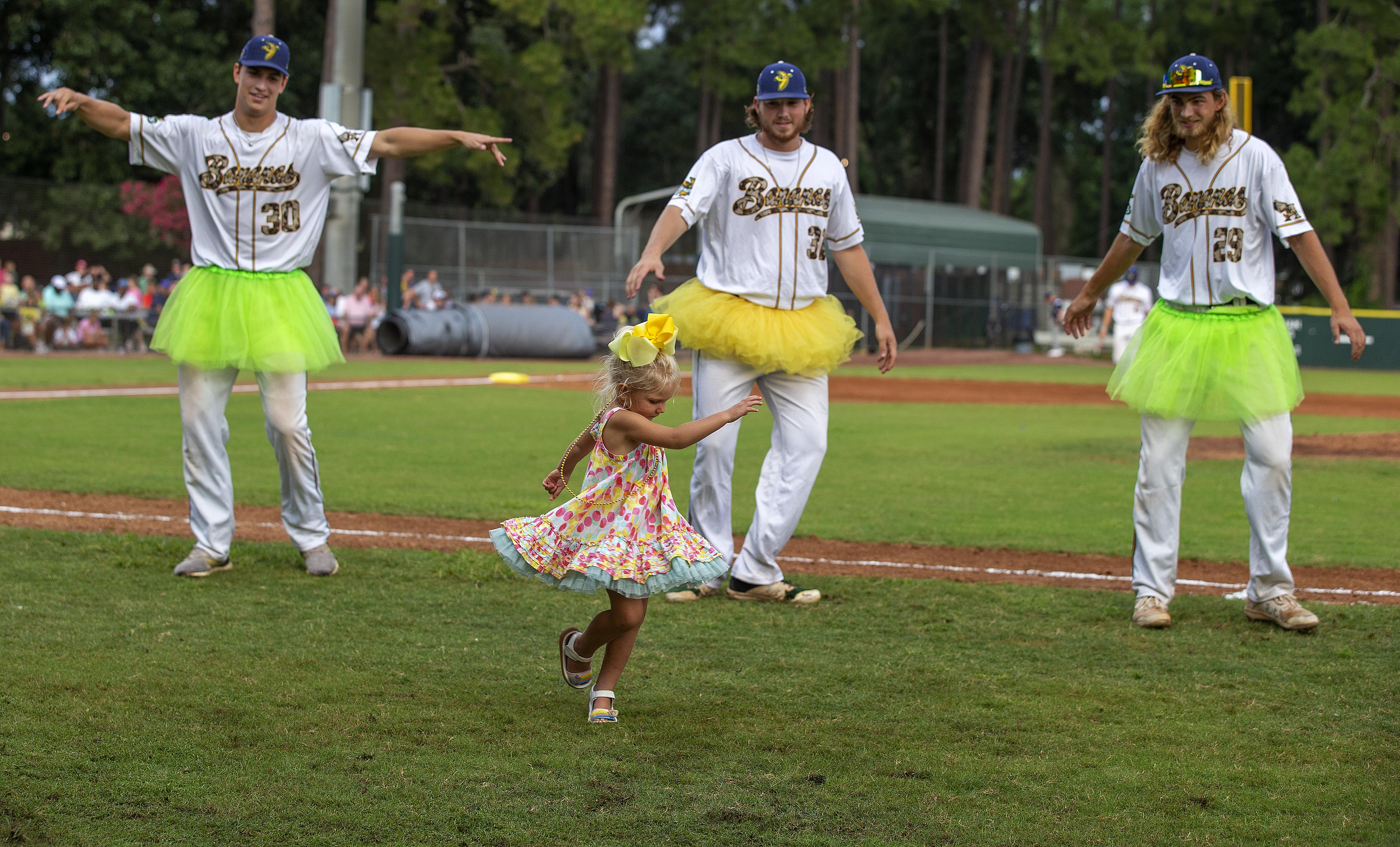 Người chơi nhảy tutus với một bé gái giữa các lượt.