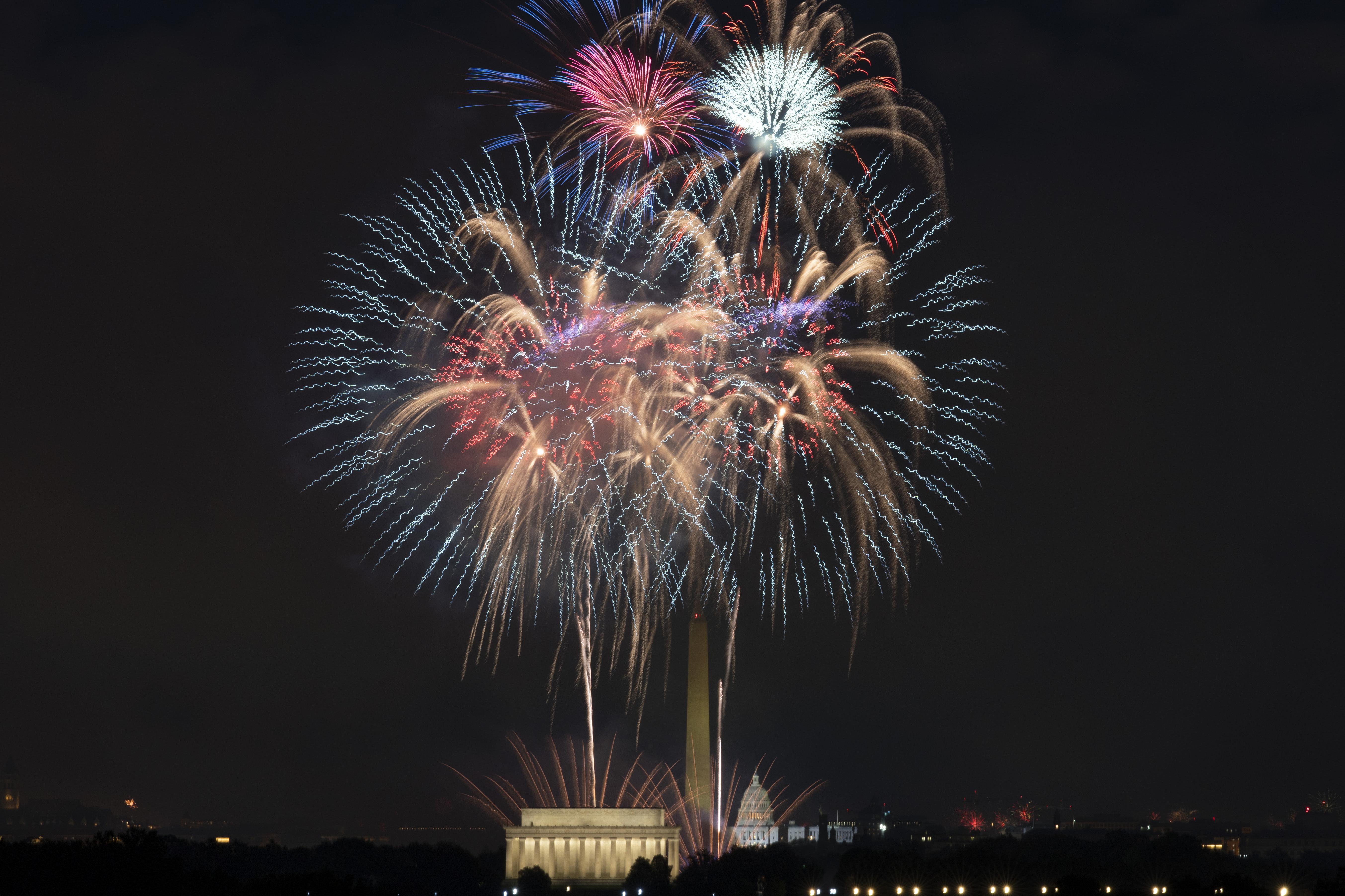 Selama perayaan Hari Kemerdekaan di Washington pada hari Minggu, Lincoln Memorial, Monumen Washington dan A.S.  Kembang api meledak di Capitol.
