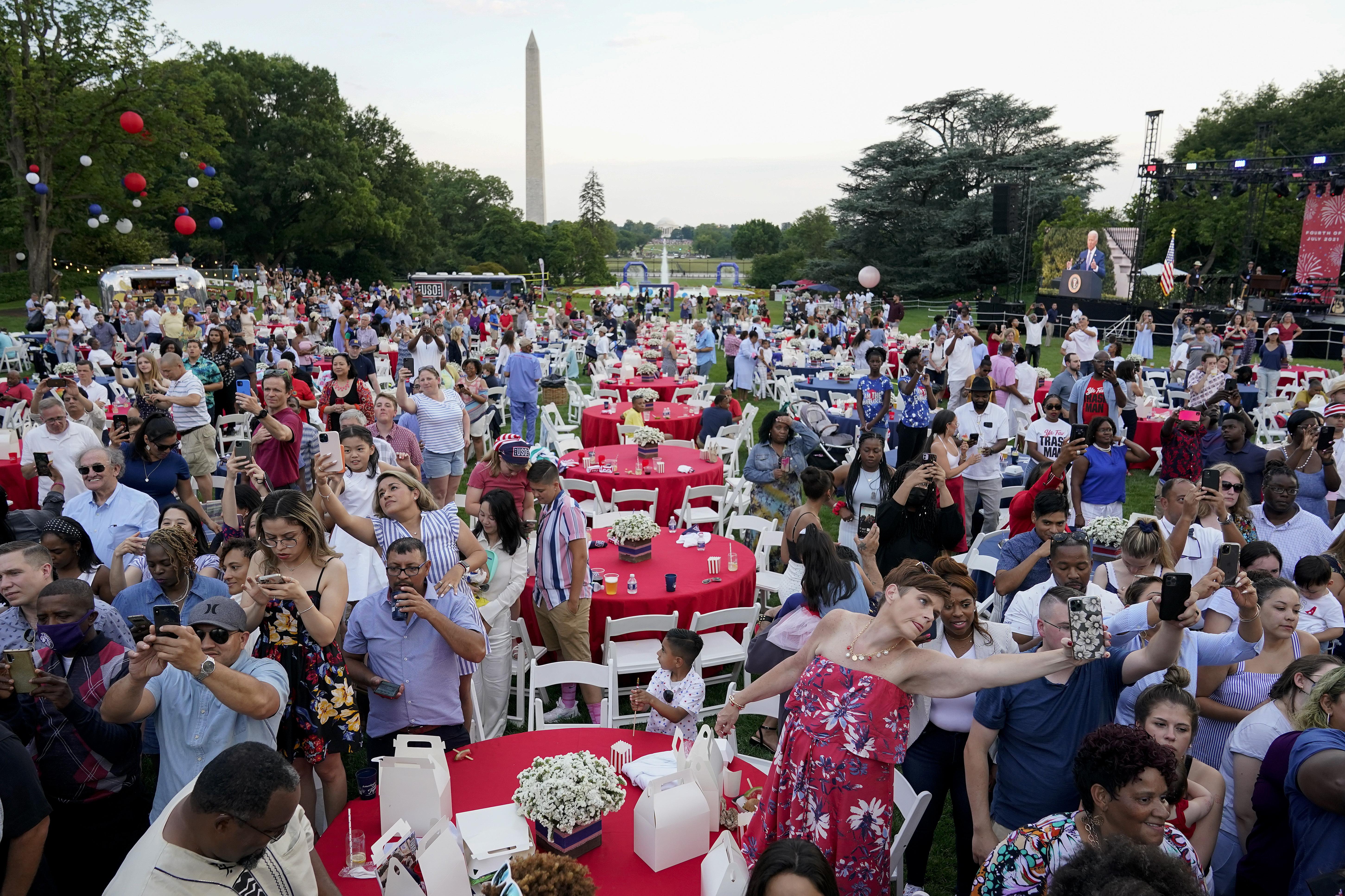 Para peserta mendengarkan saat Presiden Joe Biden berbicara selama perayaan Hari Kemerdekaan pada hari Minggu, 4 Juli 2021, di halaman selatan Gedung Putih.  (Foto AP / Patrick Semensky)