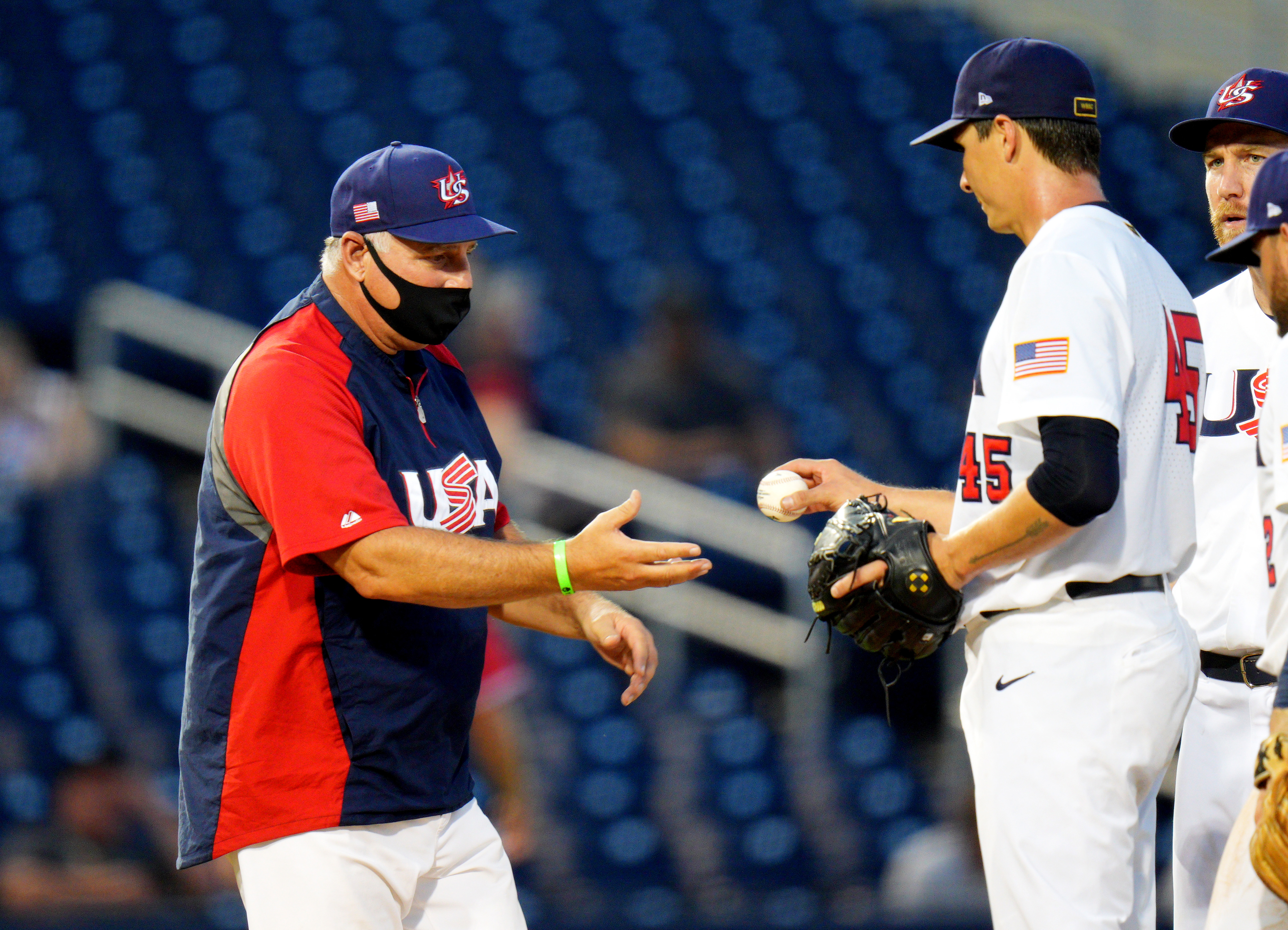 マネージャーのマイク Ciuscia (左) とチーム USA は、アメリカ大陸予選トーナメントのオリンピック出場権を目指しています。