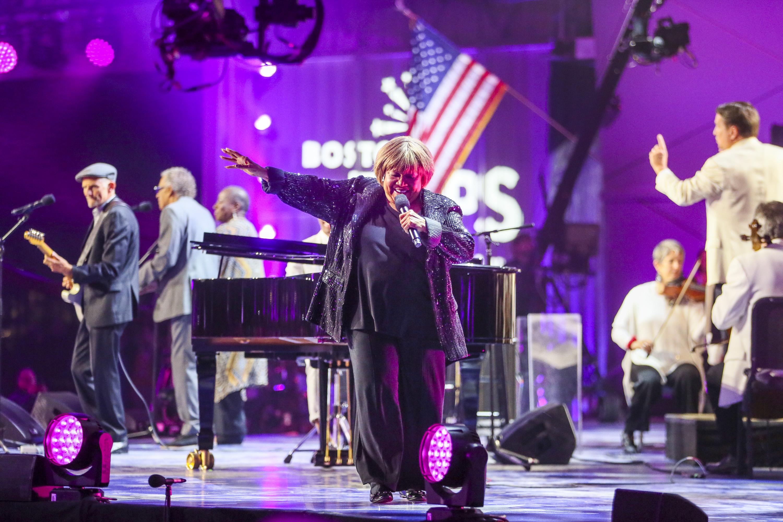 Mavis Staples 2021 Boston Pops tampil bersama Keith Lockhart di Spectacular 4 Juli di Donglewood Kaus Chevitsky Music Shed.