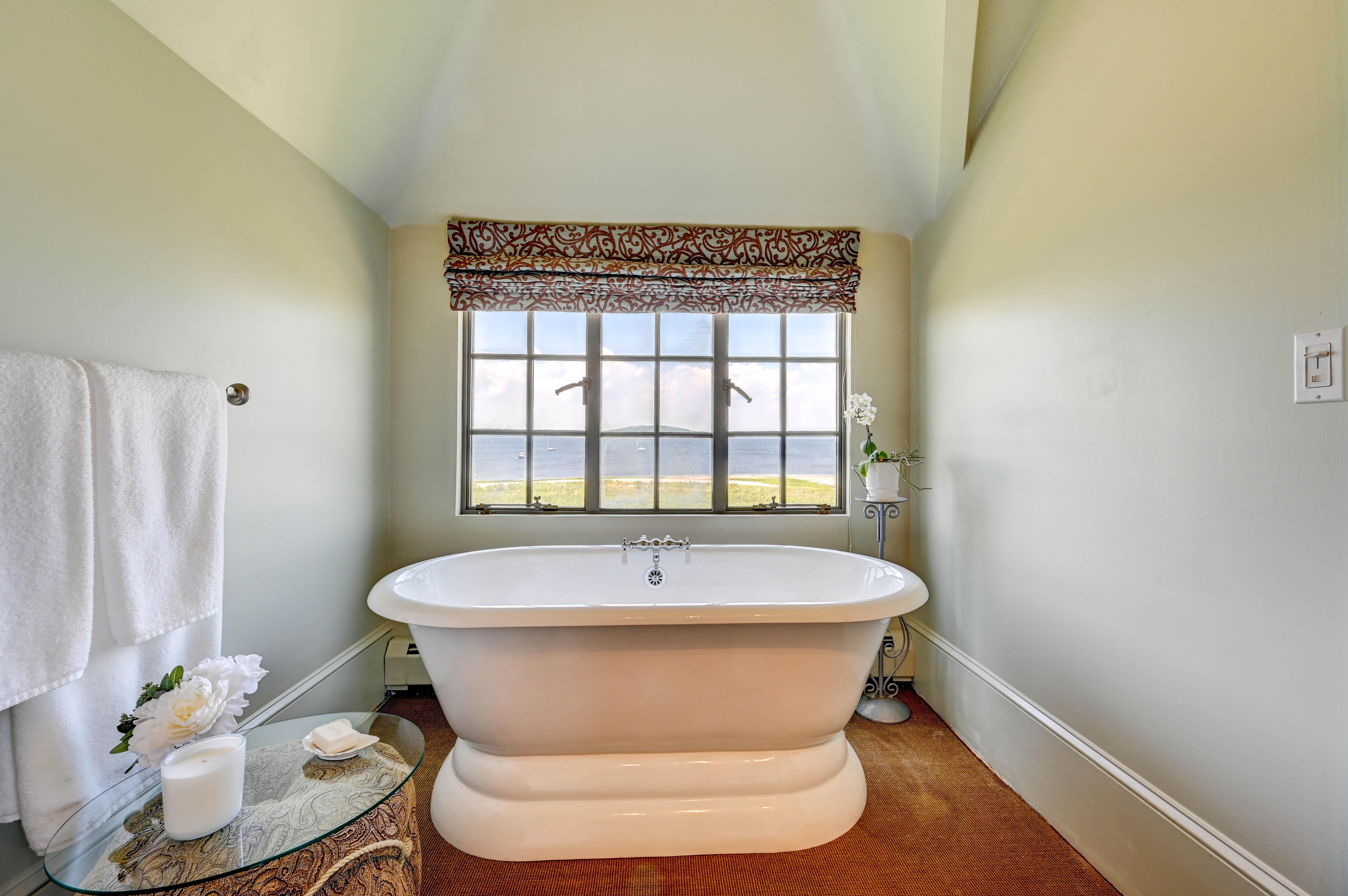 130-common-fence-portsmouth-ri-suite-tub