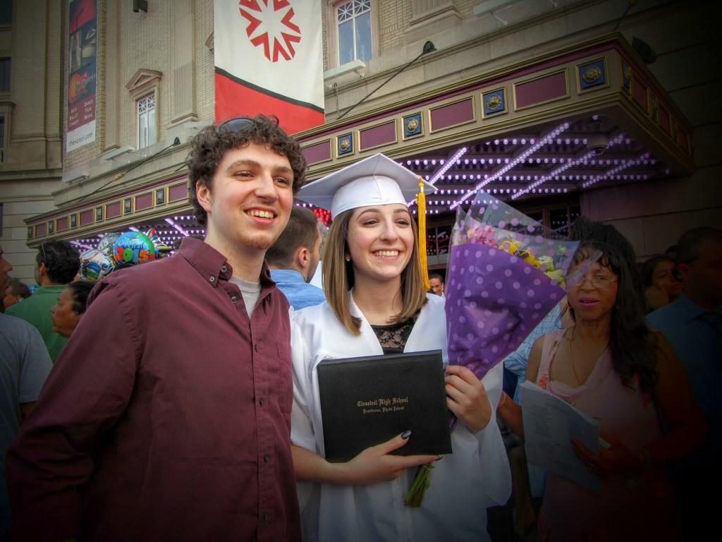 Miya Brophy-Baermann et son frère aîné (à gauche), Belamy Brophy-Baermann, lorsque Miya est diplômée de l'école secondaire classique de Providence, RI