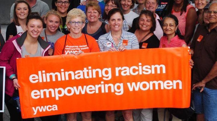 """Cartel del YWCA que dice """"Eliminando el racismo, empoderando a las mujeres"""""""