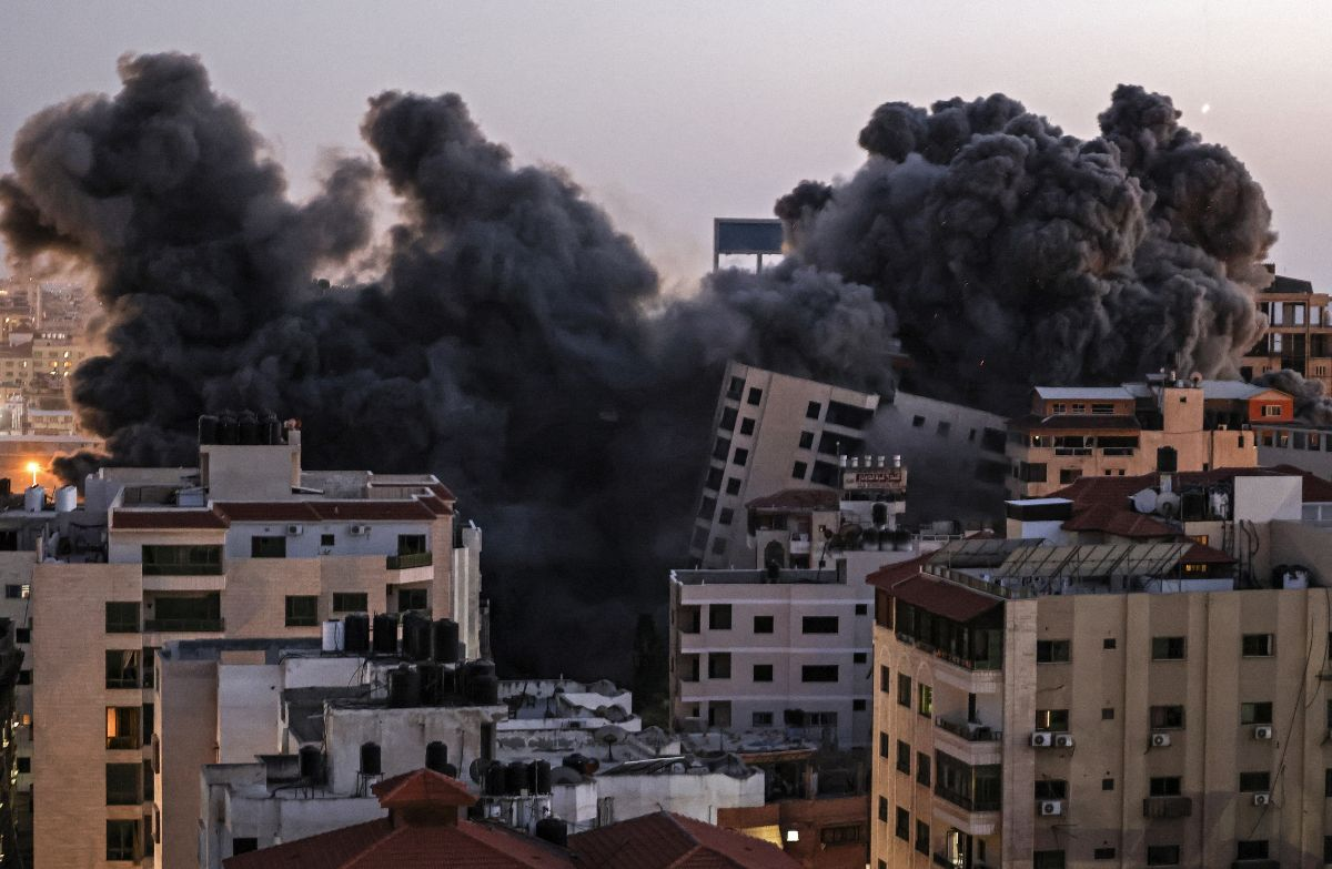 El momento en que un bombardeo de Israel destruye un edificio de 12 plantas en Gaza | VIDEO Y FOTOS