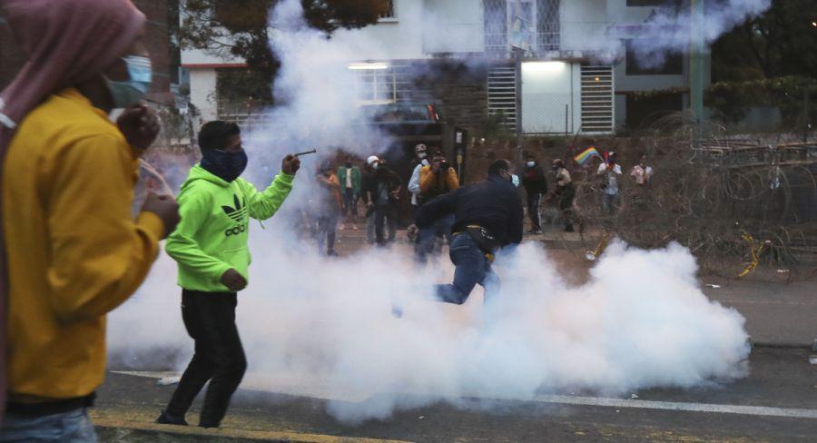Policía dispersa manifestación indígena en Quito ante el Consejo Electoral   FOTOS