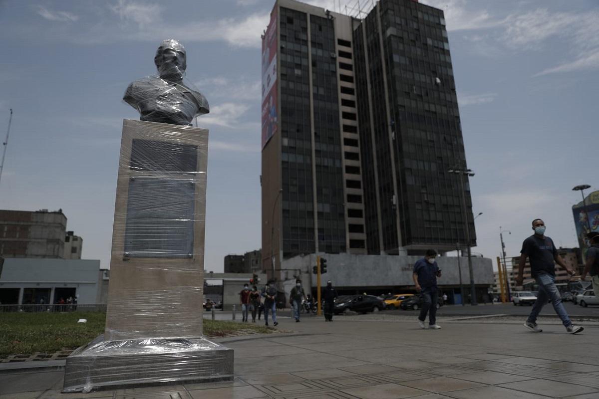 A un día de la marcha contra la cuarentena, monumentos son protegidos con plástico y cartones