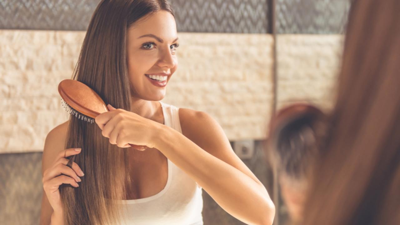 ¿Cómo se debe cuidar (y peinar) el cabello lacio?