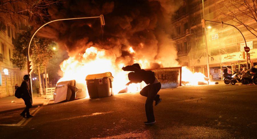 Tercera noche de disturbios en España por encarcelamiento de un rapero | FOTOS
