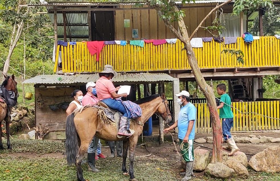 Guardaparques a lomo de mula, ayudan para que estudiantes en zona de amortiguación del Parque Nacional Natural Farallones de Cali puedan continuar sus procesos escolares