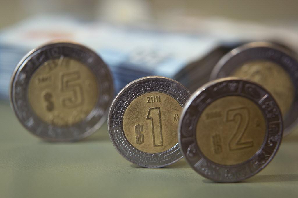 Peso desafía predicciones y cae más rápido de lo esperado – El Financiero