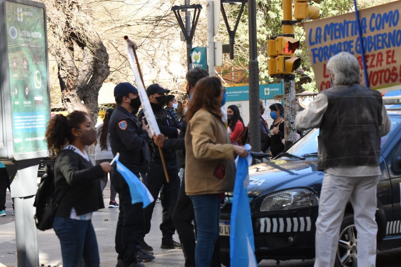 La gente llegó de a poco para protestas contra las viejas y nuevas medidas que tomó Fernández con respecto a la pandemia Foto: Mariana Villa
