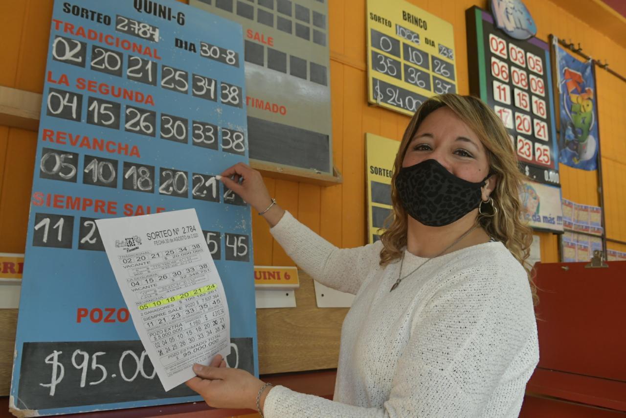 Lorena también atiende en la agencia de Luján -