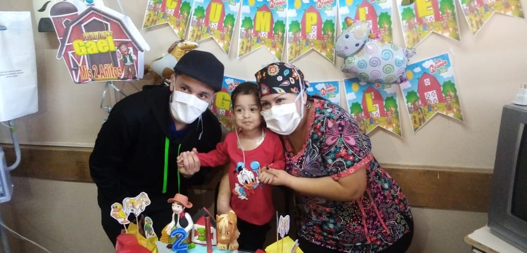Gael celebró hace poco su segundo cumpleaños con sus padrinos, los enfermeros que lo cuidan.