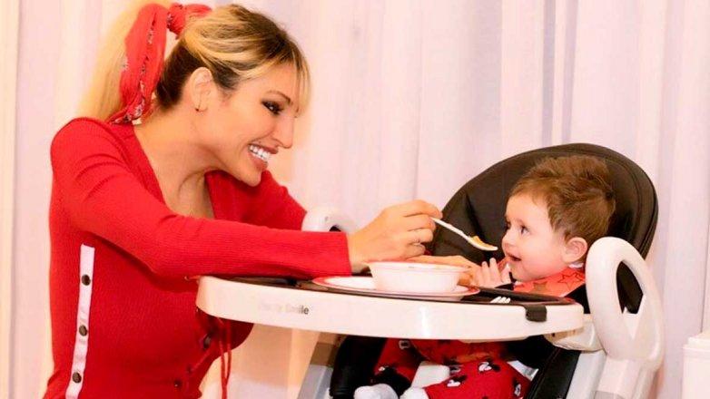 Vicky Xipolitakis y su hijo.