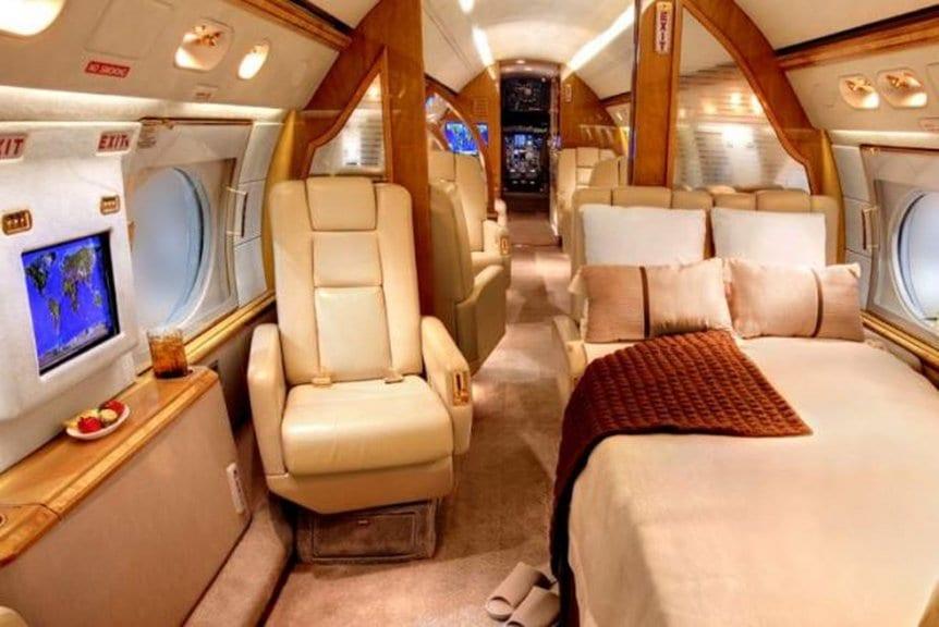 Llega a Ezeiza, Lionel Messi en su avión privado junto a cinco jugadores que juegan también en España.