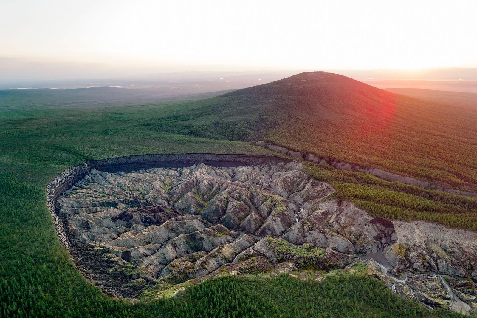 """Alarmante crecimiento del cráter Batagaika, el también llamado """"la puerta  al infierno"""""""