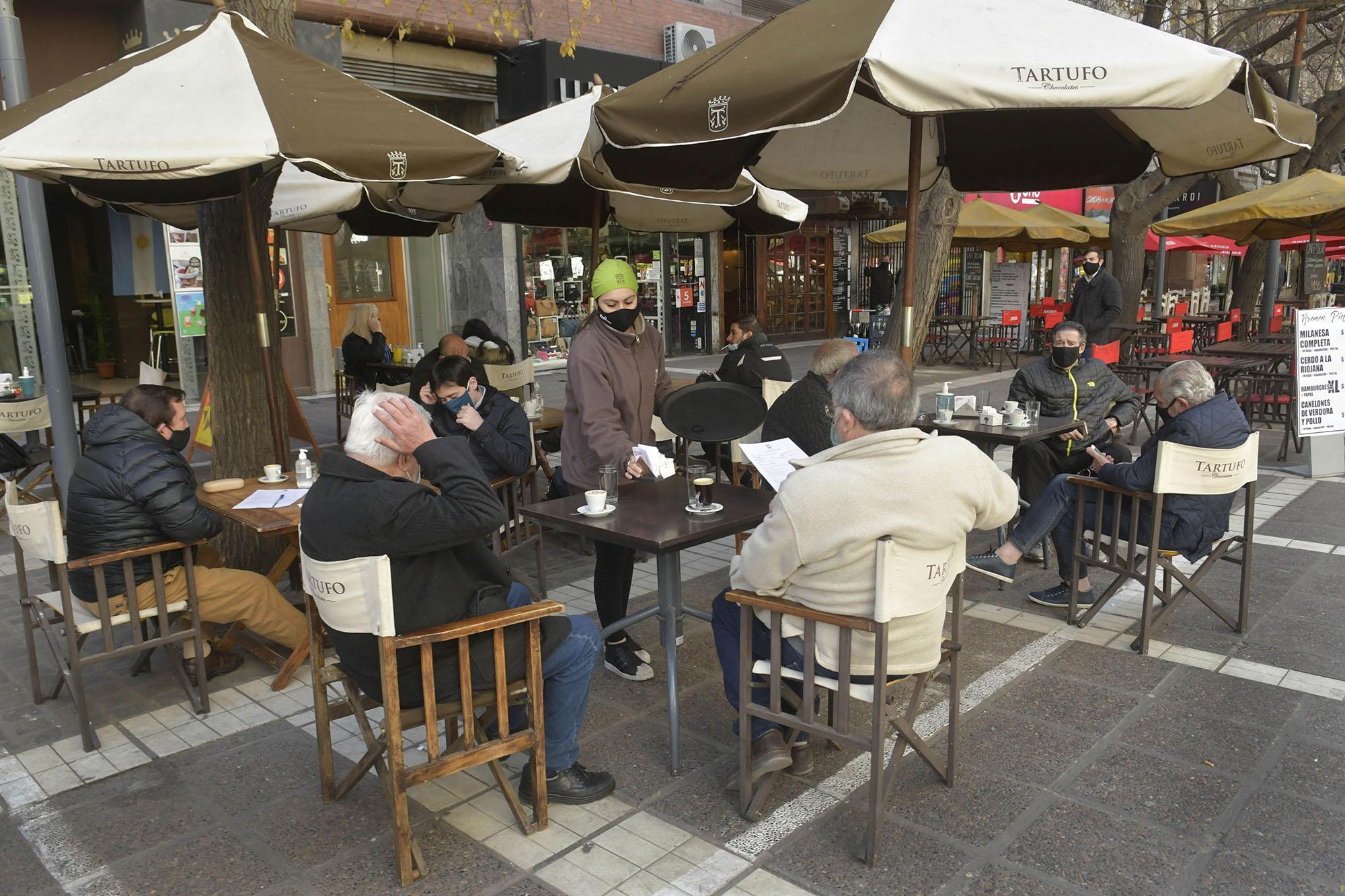 Los restoranes, bares y cafés solo pueden atender a los comensales en las veredas. Foto: Orlando Pelichotti.