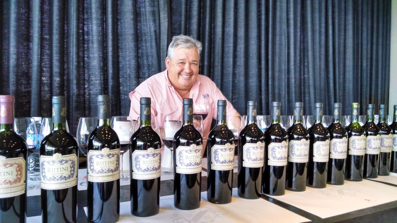 El enólogo mendocino Mariano Di Paola, junto a algunas de sus etiquetas más reconocidas.