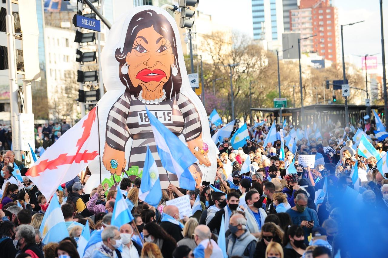 Miles de personas se reunieron en el punto de encuentro por excelencia de Buenos Aires para protestar contra las medidas adoptadas por Fernández