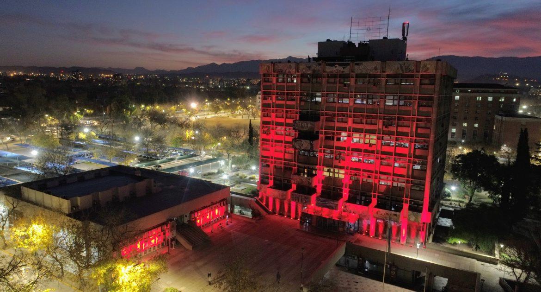 Homenaje. El edificio de la comuna capitalina se tiñó de rojo para celebrar el aniversario 140 de la ONG.