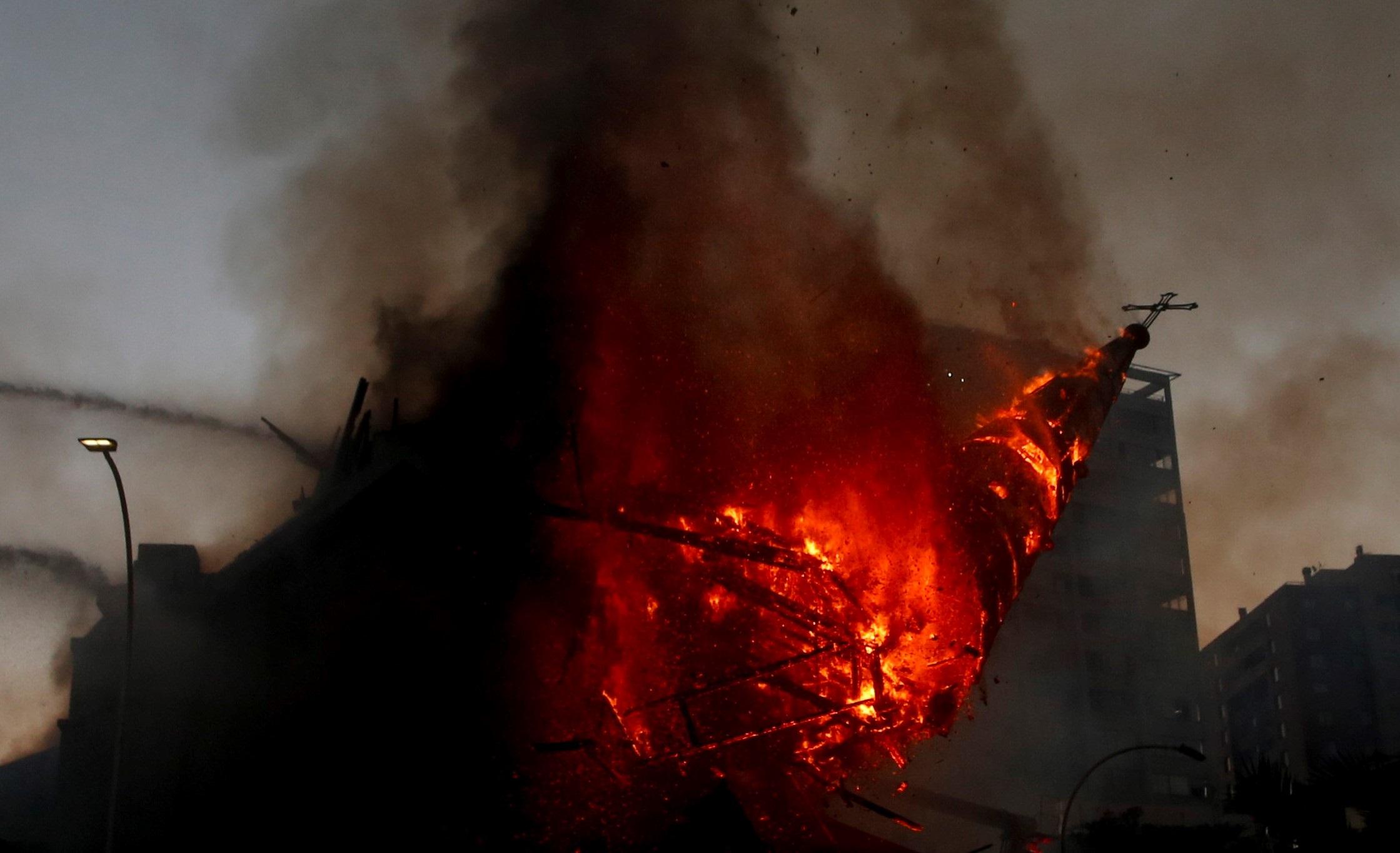 Fuego y desplome de la cúpula de la parroquia de La Asunción -