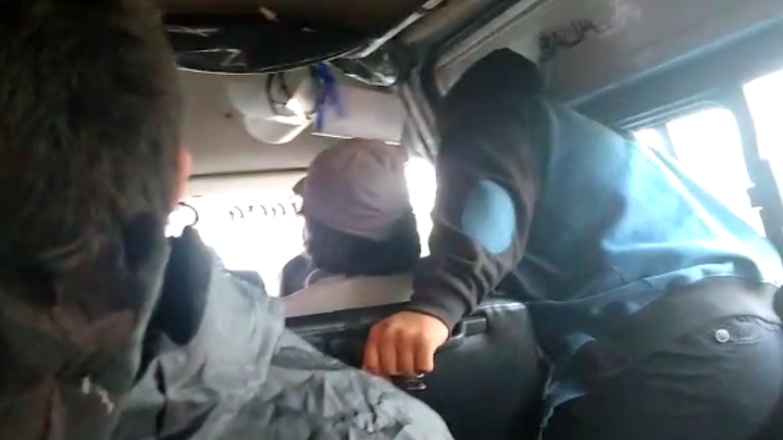 Cobrador lleva protectores faciales para prestar a pasajeros