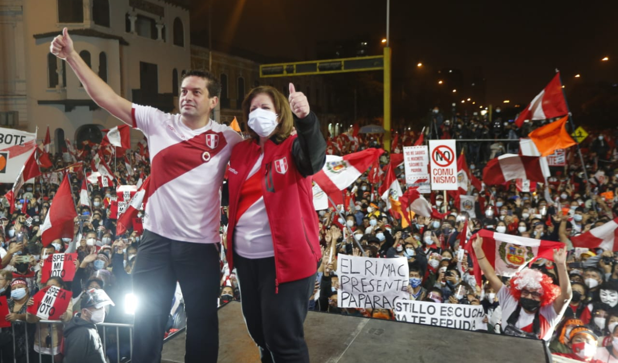 Keiko Fujimori se hizo presente en la vigilia convocada en la Plaza Bolognesi. Fotos: Carlos Félix/La República